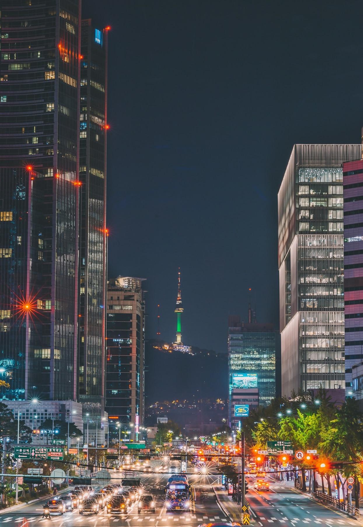 Slika na kojoj se prikazuje zgrada, svijetlo, grad, na otvorenom Opis je automatski generiran